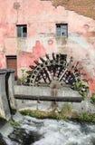 Alte Wassermühle und ein kleiner Fluss Lizenzfreies Stockfoto