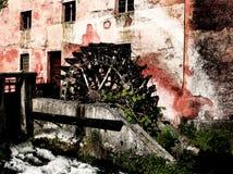 Alte Wassermühle und ein kleiner Fluss Stockfotos