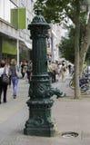 Alte Wasserpumpe in einem Bürgersteig, Berlin, Deutschland lizenzfreie stockfotos