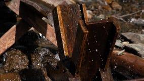 Alte Wasserradm?hle Abstrakte Fractalzahl Wasser fällt auf ein altes Wasserrad Das alte h?lzerne M?hlrad stock video
