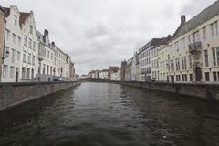 Alte waterfronthouses Brügges gesehen von einer Brücke lizenzfreies stockfoto