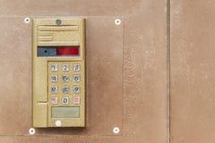 Alte Wechselsprechanlage auf der Tür lizenzfreie stockfotos