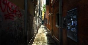 Alte Wege von Venedig Schmale Straßen lizenzfreie stockfotos