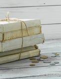 Alte Weißbüche mit Geld und Münzen auf hölzernem Hintergrund Lizenzfreie Stockfotos