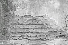 Alte weiße Backsteinmauer mit gebrochenem Beton Lizenzfreie Stockfotografie