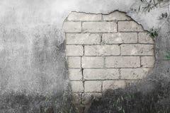 Alte weiße Backsteinmauer mit gebrochenem konkretem Hintergrund Stockfotos