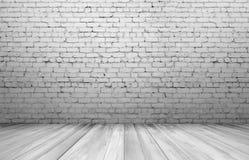 Alte weiße Backsteinmauer und Bretterboden Lizenzfreie Stockfotografie