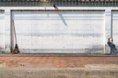 Alte weiße Betonmauer mit altem Pflasterungshintergrund Lizenzfreie Stockfotos