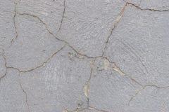 Alte weiße Betonmauer mit Sprüngen Stockfotografie