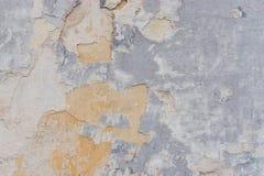 Alte weiße Betonmauer mit Sprüngen Lizenzfreie Stockbilder