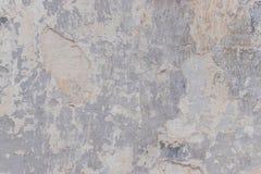 Alte weiße Betonmauer mit Sprüngen Lizenzfreie Stockfotos