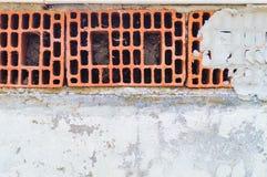 Alte weiße Betonmauer mit Ziegelsteinen und Gips Lizenzfreie Stockfotos