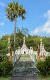 Alte weiße birmanische Artpagode Stockbild