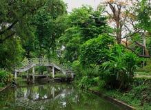 Alte weiße Brücke im Park Lizenzfreies Stockbild
