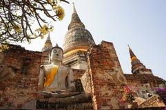 Alte weiße Buddha-Statue bei Wat Yai Chaimongkol, Thailand Lizenzfreies Stockbild