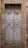 Alte weiße durty, schmutzige Tür ein schöner Weinlesehintergrund Lizenzfreie Stockfotografie
