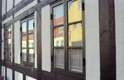 Alte weiße gezimmerte Wand mit Fenstern Stockbilder