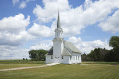 Alte weiße hölzerne Kirche auf dem Grasland Lizenzfreies Stockbild