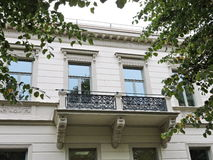 Alte weiße Hausmauer Stockfoto