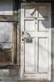 Alte weiße Holztür mit Briefkasten stockbilder
