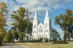 Alte weiße Kirche in der Landschaft Stockbild