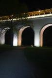 Alte weiße Steinbrücke im Stadtpark Stockfotografie