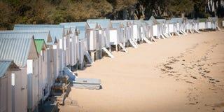 Alte weiße Strandhütten Stockfotos