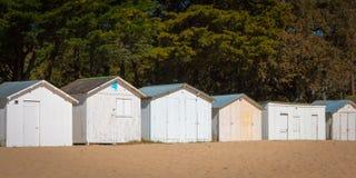 Alte weiße Strandhütten Stockbilder