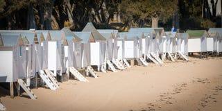 Alte weiße Strandhütten Stockfotografie
