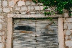 Alte weiße Türen Hölzerne Beschaffenheit Alte schäbige Farbe Lizenzfreie Stockfotos