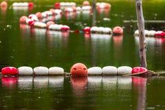 Alte weiße und rote Bojenseesperren, zum von Leuten zu schützen Stockbilder