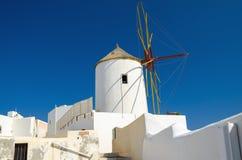 Alte weiße Windmühle auf Santorini-Insel, Griechenland Stockfoto