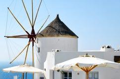 Alte weiße Windmühle auf Santorini-Insel, Griechenland Stockfotografie