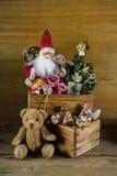 Alte Weihnachtsspielwaren mit Sankt für Dekoration Stockfoto