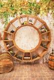 Alte Weinfässer, Trauben, Fässer und Flaschen im Weinkeller lizenzfreie stockfotos
