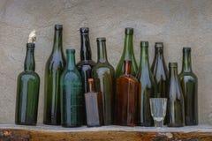 Alte Weinflaschen und -glas stockfotos