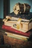 Alte Weinlese-Alben mit Kästen und Blumenstrauß Stockbilder