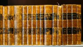 Alte Weinlese-Bücher auf hölzernem Shelfs in der Bibliothek Lizenzfreie Stockbilder