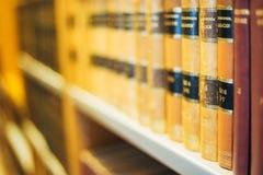 Alte Weinlese-Bücher auf hölzernem Shelfs in der Bibliothek Stockbilder