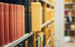 Alte Weinlese-Bücher auf hölzernem Shelfs in der Bibliothek Stockfoto