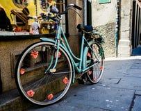 Alte Weinlese-blauer Fahrrad-Dekor Stockfotografie
