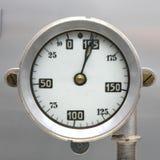 Alte Weinlese-deutsche Flugzeug-Kraftstoffanzeige, Skala mit einem Pfeil, 0-195 Liter Lizenzfreie Stockbilder