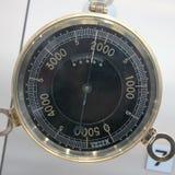 Alte Weinlese-deutsches Höhenmesserbarometer mit basiert auf einem weißen Hintergrund, Meter 0-5000 Lizenzfreie Stockfotos