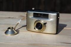 Alte Weinlese goldene Kamera Penti I auf hölzernem Hintergrund Stockbild