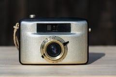 Alte Weinlese goldene Kamera Penti I auf hölzernem Hintergrund Lizenzfreie Stockbilder