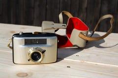Alte Weinlese goldene Kamera Penti I auf hölzernem Hintergrund Lizenzfreies Stockfoto