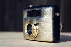 Alte Weinlese goldene Kamera Penti I auf hölzernem Hintergrund Lizenzfreie Stockfotografie