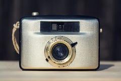 Alte Weinlese goldene Kamera Penti I auf hölzernem Hintergrund Stockfoto