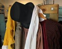 Alte Weinlese kleidet die Einbeziehung des Zylinders, Hausrock, silk Steckfassung lizenzfreie stockfotos