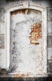 Alte Weinlese knackte und beschädigte Nische oder blindes Fenster auf histori Stockbild